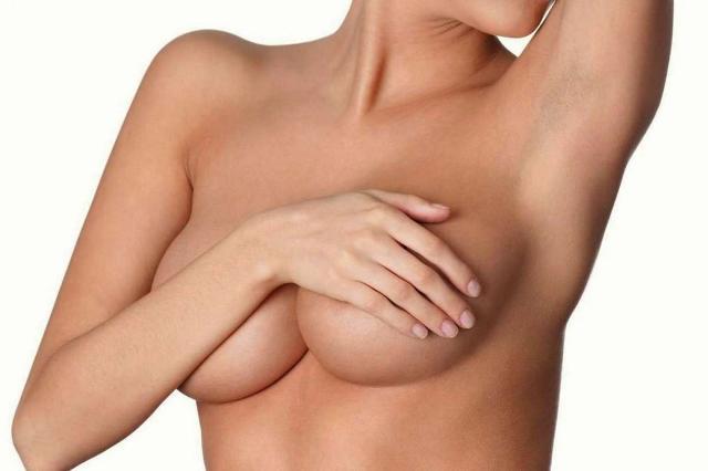 """Chirurgia estetica, il 2019 è l'anno del """"seno ibrido"""""""